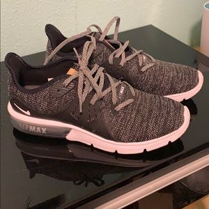 Selling women's Nike air max sequent three size 8.